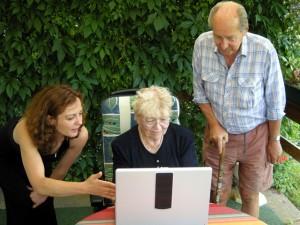 Tochter erklärt Eltern Laptop daughter explains parents note book